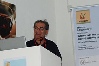 """Ο καθηγητής κ. Πάρις Τσάρτας σε ομιλία του στο συνέδριο """"Φυτογενετικός πλούτος και αγροτική παράδοση των νησιών του Αιγαίου"""" που πραγματοποιήθηκε στη Σαντορίνη 6-7 Ιουλίου 2012"""