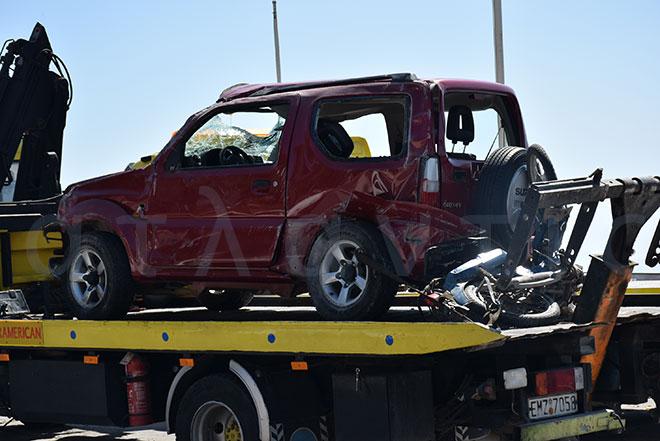 Το μηχανάκι και το αυτοκίνητο του ατυχήματος στο όχημα οδικής βοήθειας