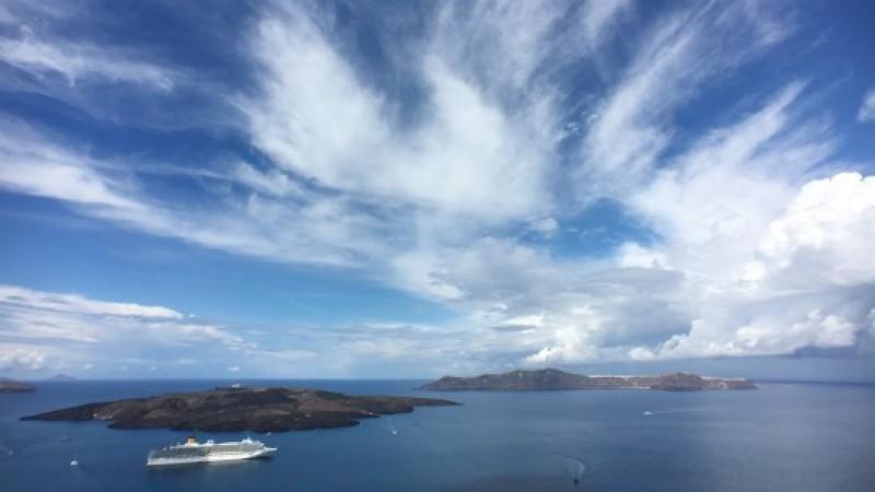 """Φωτογραφία της εβδομάδας: Η καλντέρα με """"άσπρο"""" ουρανό"""