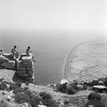 Σαντορίνη 1963. Θέα προς το νοτιά από την αρχαία Θήρα προς την Περίσσα. Από αριστερά προς τα δεξιά Robert Dillon-Corneck και Dr. Allen Tanney