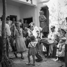 Mύκονος 1955. Χορευτές σε ένα πανηγύρι στην Ανω Μεριά