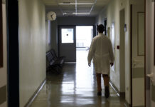 Γιατρός σε διάδρομο νοσοκομείου