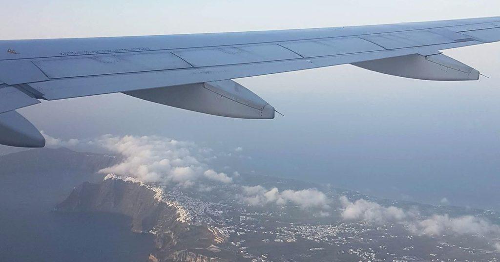 Φτερό αεροπλάνου πάνω από τη Σαντορίνη