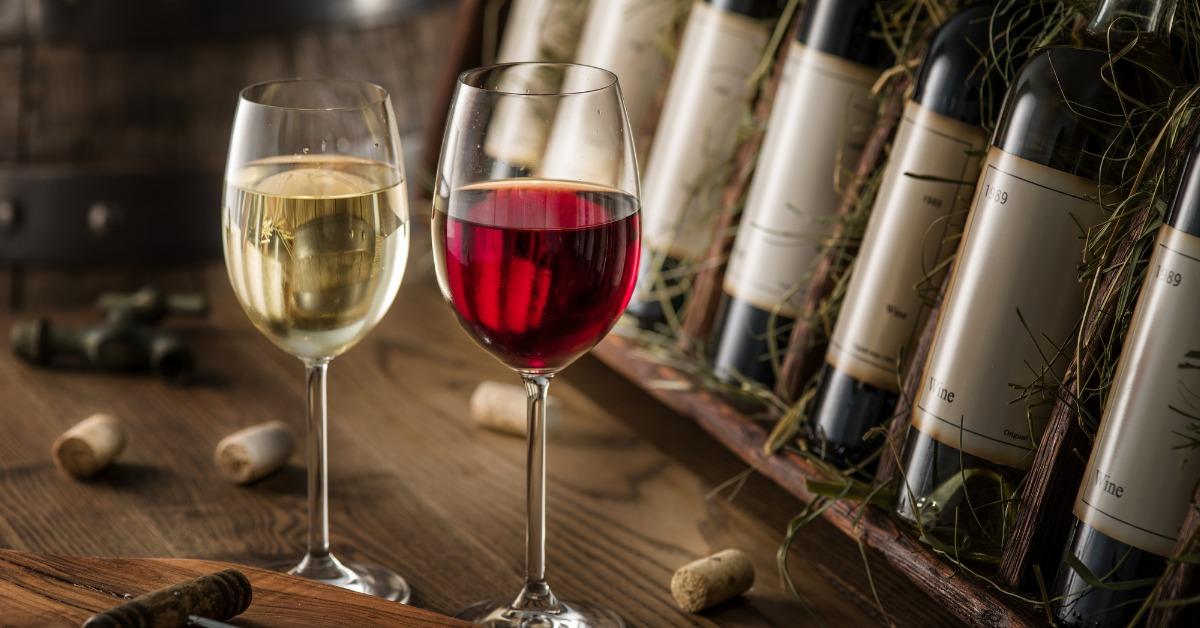 Λευκό και κόκκινο κρασί σε ποτήρια