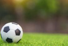 μπάλα ποδοσφαίρου πάνω σε χλοοτάπητα