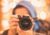 Άνδρας που κρατάει φωτογραφική μηχανή