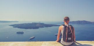 Τουρίστας με φόντο το ηφαίστειο της Σαντορίνης