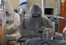 Γιατροί σε νοσοκομείο εν μέσω της πανδημίας Covid19
