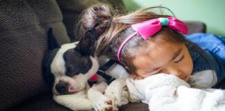 Κοριτσάκι με σκυλάκι