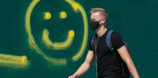 Ανδρας με μάσκα την εποχή του Covid-19