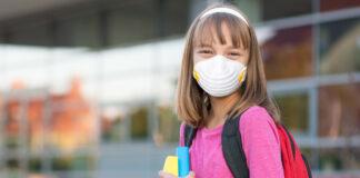 Μαθήτρια με μάσκα