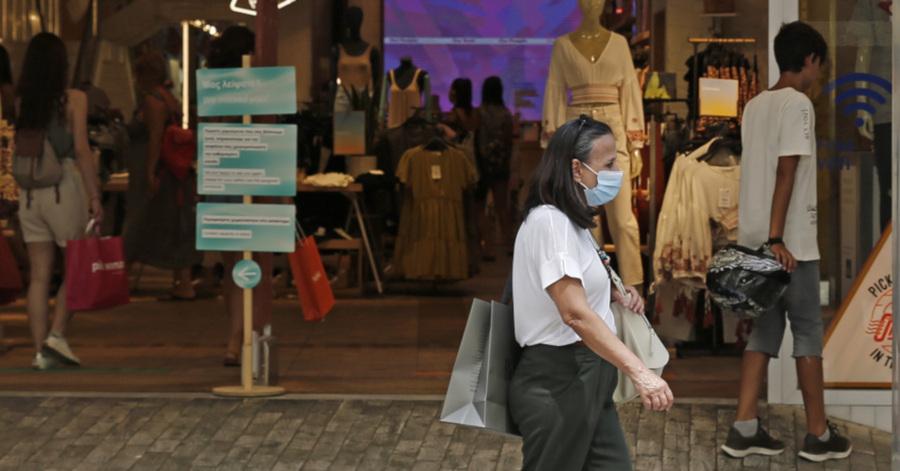 Γυναίκα με μάσκα σε κεντρικό εμπορικό δρόμο της Αθήνας