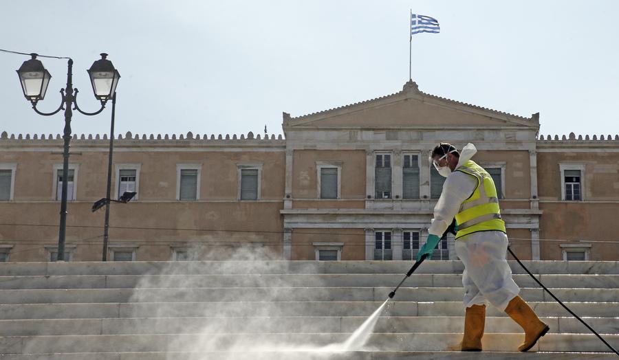 Απολύμανση στην πλατεία Συντάγματος