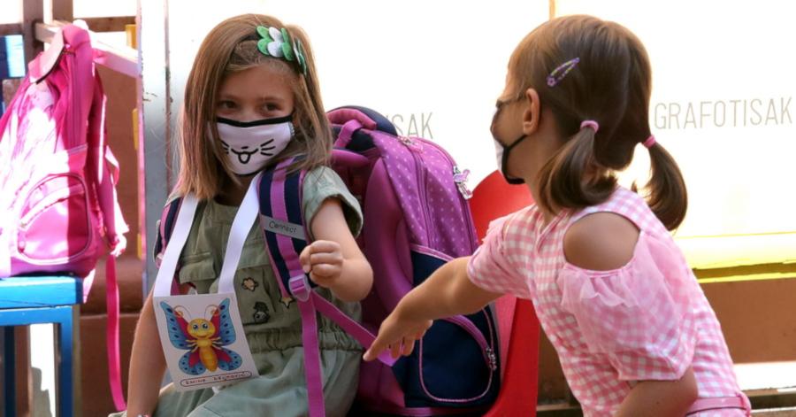 Δύο μαθήτριες στο σχολείο φορώντας μάσκα προστασίας κατά του Covid-19
