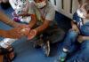Μικροί μαθητές στο σχολείο απολυμαίνουν τα χέρια τους με αντισηπτικό διάλυμα