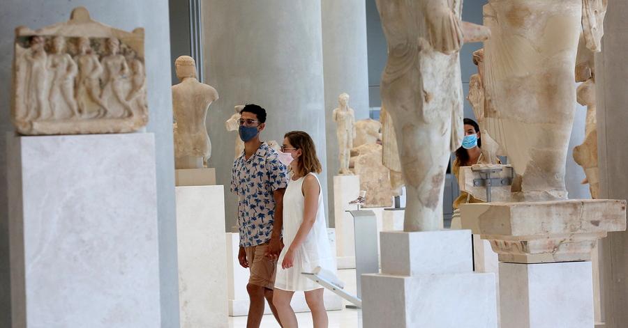 Επισκέπτες μουσείου με μάσκες κατά του Covid-19