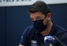 Ο Υφυπουργός Πολιτικής Προστασίας και Διαχείρισης Κρίσεων Νίκος Χαρδαλιάς φορώντας μάσκα προστασιας