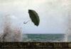 ομπρέλα που την παίρνει ο αέρας κοντά στη θάλασσα