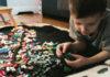 Παιδί παίζει με παιχνίδια lego