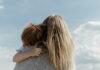 Μαμά που έχει αγκαλιά ένα αγοράκι