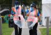 Άγγλοι νοσηλευτές σε χώρο για ελέγχους για Covid-19