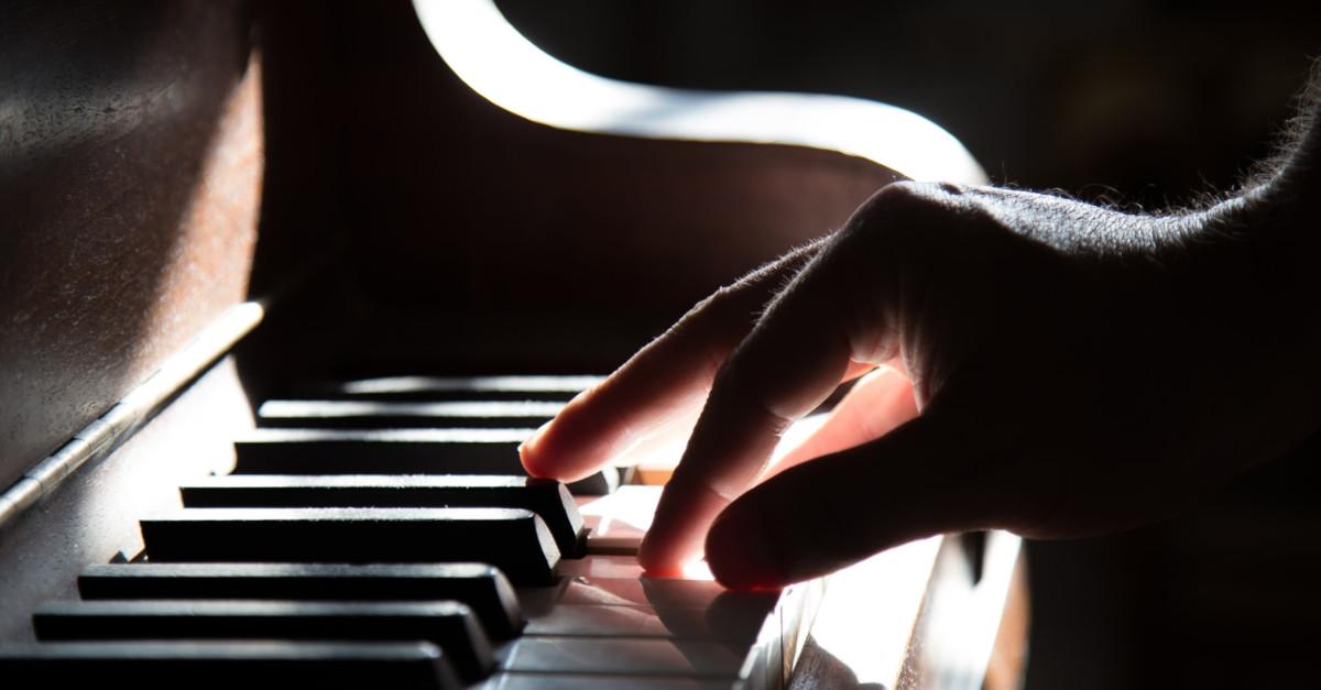 Χέρι που παίζει πιάνο