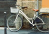 Ποδήλατο σε πεζοδρόμιο