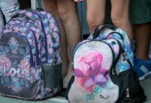 Σχολικές τσάντες μπροστά από μαθητές