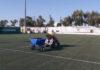 Συντήρηση χλοοτάπητα σε γήπεδο ποδοσφαίρου στη Σαντορίνη