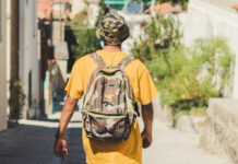 τουρίστας στην Ερεσό με σακίδιο στους ώμους