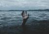 Χέρι πάνω από το νερό της θάλασσας