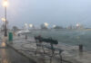 Παγκάκι στο λιμάνι της Ζακύνθου εν μέσω της κακοκαιρίας Ιανός