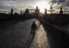 Ανδρας να περπατά σε άδεια γέφυρα στην Τσεχία