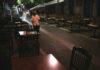 Σερβιτόρος μπροστά από άδεια τραπέζια στο Μοναστηράκι