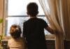 Παιδιά κοιτούν έξω από το παράθυρο