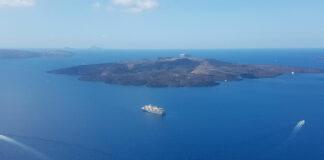 Το κρουαζιερόπλοιο World Explorer στη Σαντορίνη