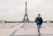 Ανδρας με μάσκα μπροστά από τον Πύργο του Άιφελ