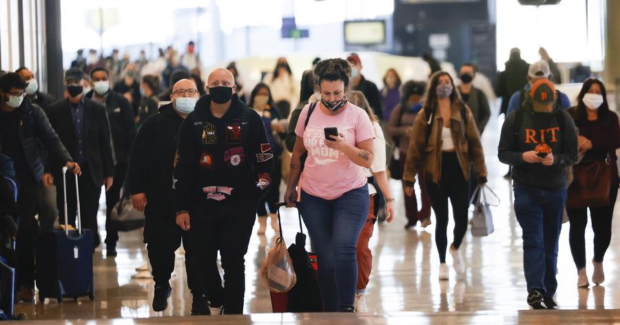 Ταξιδιώτες σε αεροδρόμιο του Σαν Φρανσίσκο