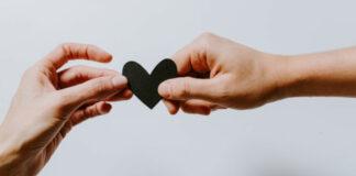 Χέρια που κρατούν μια καρδιά