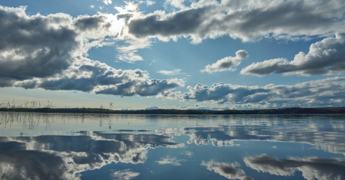 Σύννεφα πάνω από λίμνη