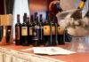 Φιάλες με κρασί σε πάγκο έκθεσης