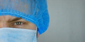 Γιατρός με μάσκα και σκούφο