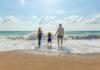 Οικογένεια σε παραλία