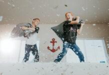 Παιδιά παίζουν μαξιλαροπόλεμο