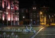 Ποδήλατο σε άδεια πλατεία της Ολλανδίας