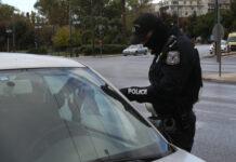 Τροχονόμος ελέγχει αυτοκίνητο για τις βεβαιώσεις κυκλοφορίας