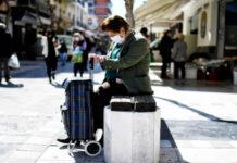 Γυναίκα με μάσκα σε εμπορικό δρόμο της Κορίνθου