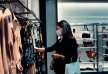 Γυναίκα με μάσκα σε κατάστημα ρούχων