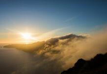 Σύννεφα υγρασίας στην καλντέρα της Σαντορίνης