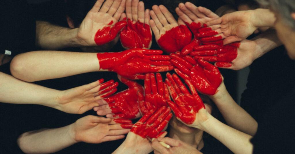 Χέρια κόκκινη καρδιά